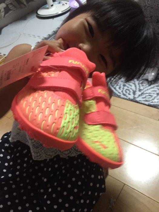 新しい靴に喜ぶ5歳の娘