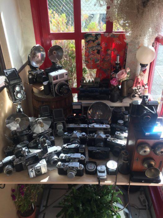珈琲ふうじぇの店内の年代物カメラ