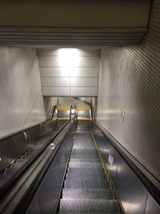 東山駅構内のエスカレーター