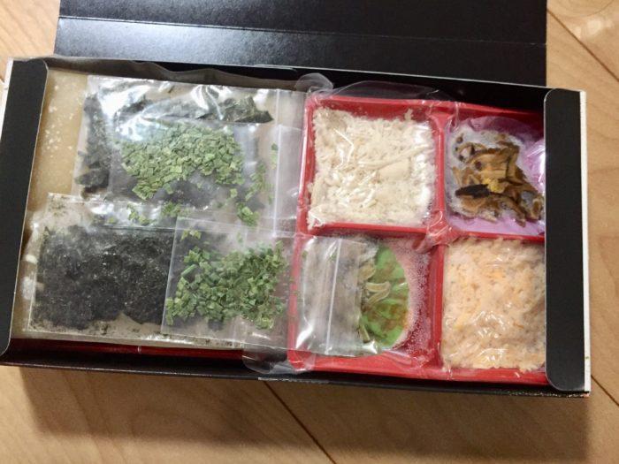 冷凍鶏飯の箱を開けてみる。