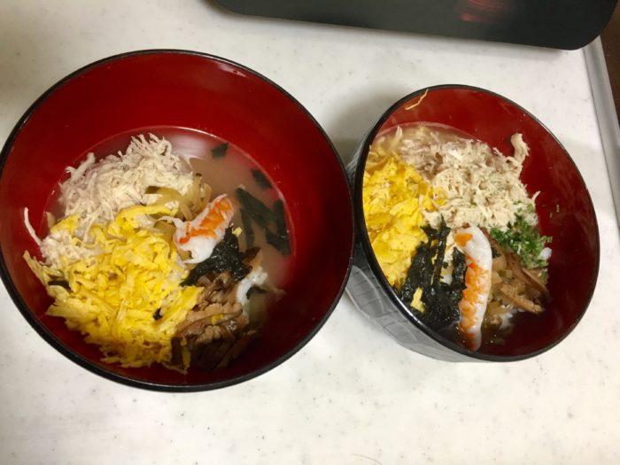 ご飯、具材、スープの順に盛り付けて鶏飯が完成します。