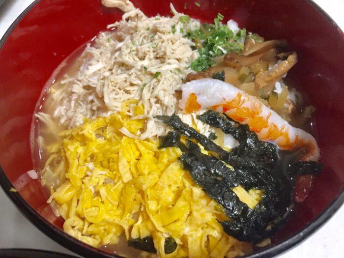 完成した鶏飯はお茶漬けみたいだが味は格別。