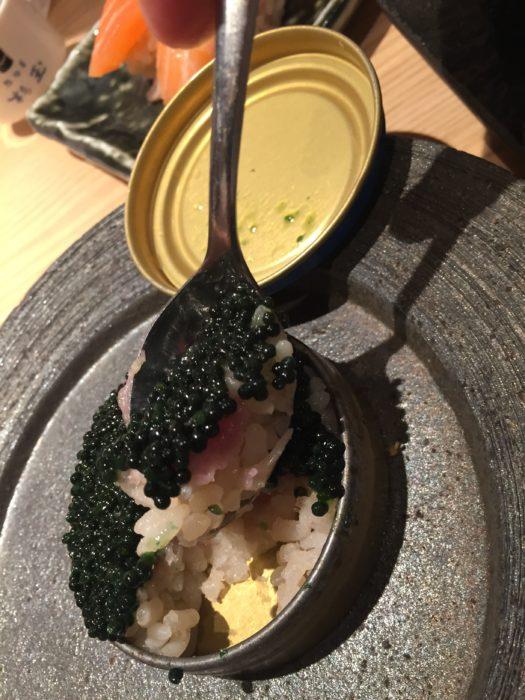 キャビア寿司を掬う。