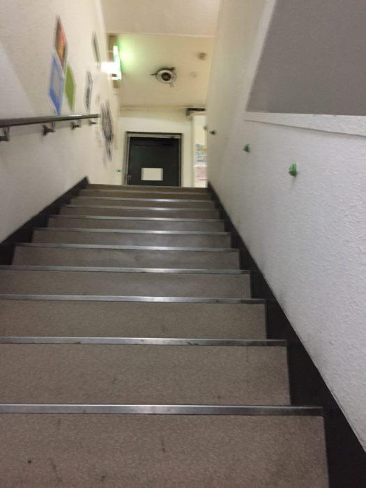 CLUB MOVEの入口へと繋がる階段