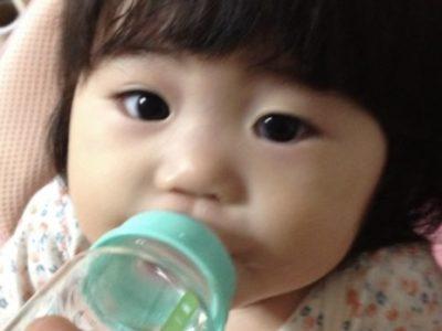 ミルクを飲む梨衣奈ちゃん