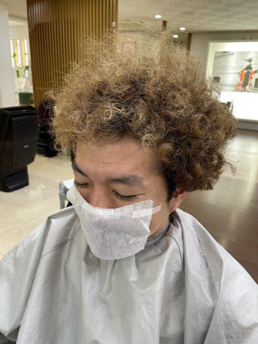 散髪前のボサボサ頭を前から撮影。