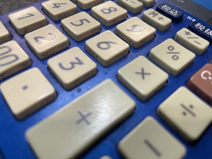 経年劣化で汚れていく電卓のボタン側面