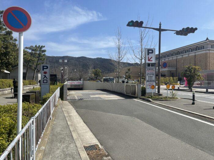 岡崎公園の市営駐車場が安く済む。