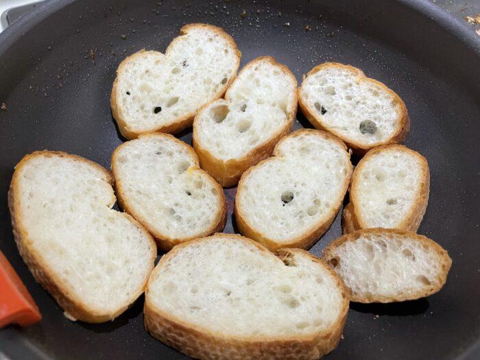 フランスパンinフライパンで香ばしく焼く。