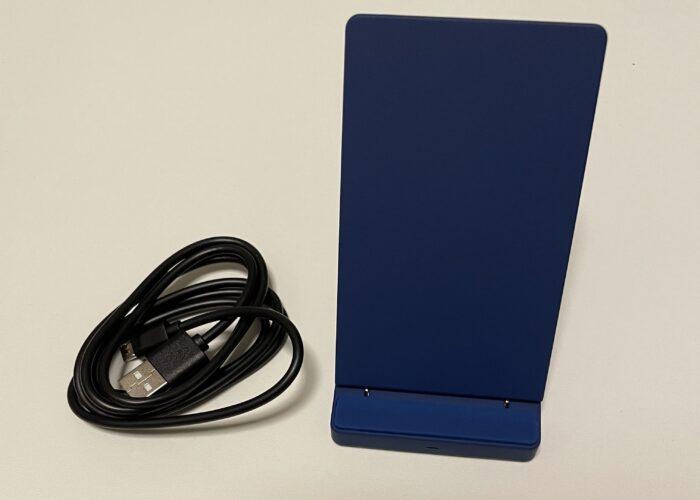 オウルテックの卓上スタンド型Qiワイヤレス充電器は無段階で角度調整が可能