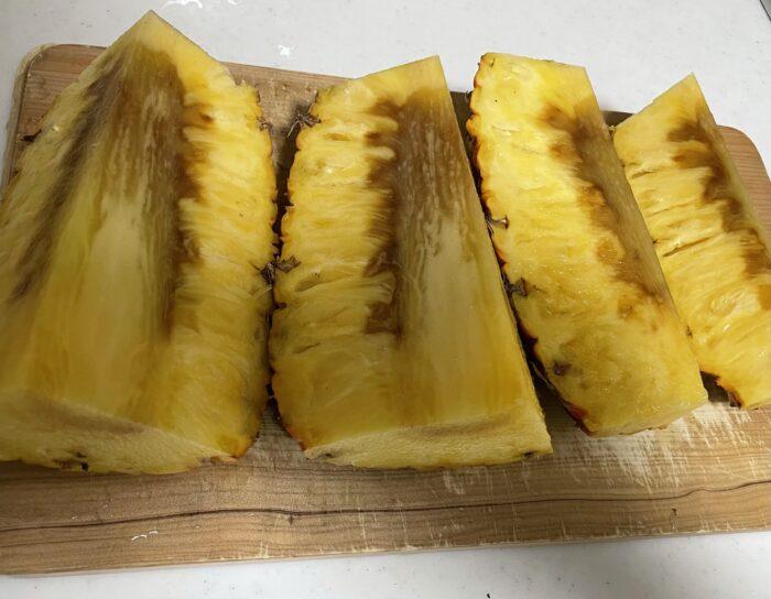パイナップルの芯が熟れてきています。