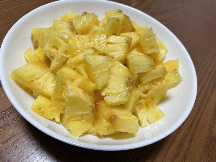 見た目より簡単に切れるパイナップル。