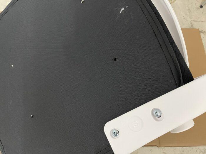 Hbadaのオフィスチェアの座面と背面を取り付ける。