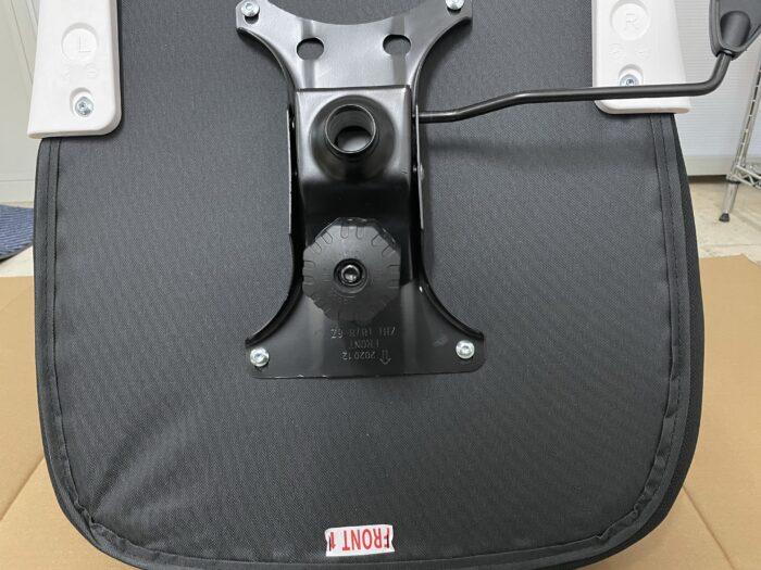 Hbadaのオフィスチェアの座面にはダンパーを固定する。