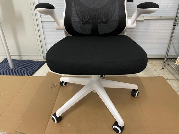 Hbadaのオフィスチェアの足と座面の接続は乗せるだけ。