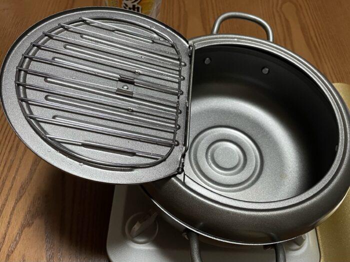 ヨシカワの天壱の天ぷら鍋22cmはフタの部分で油切りできる。