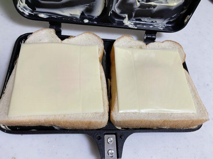 ハムとチーズを乗せて挟み焼き