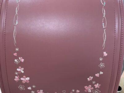 桜の刺繍の入ったさくら色のランドセル
