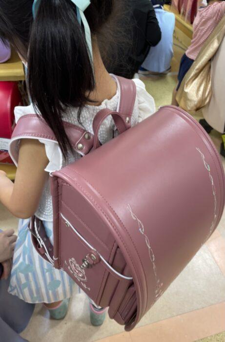 桜色のララちゃんランドセルが気に入ってずっと背負い続ける娘