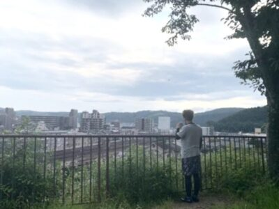 仲直りに散歩に出かけて一人で佇むギャランの図in京都山科疎水公園